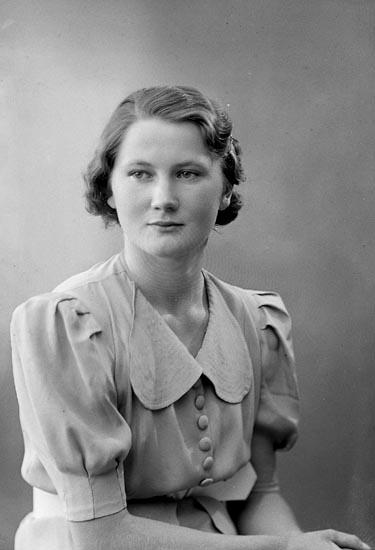 "Enligt fotografens journal nr 6 1930-1943: ""Olausson, Hanna adr. Sandberg Stenungsund""."