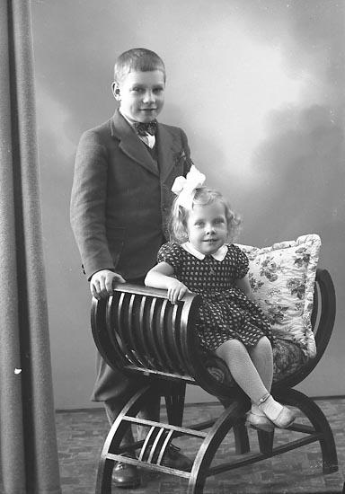 """Enligt fotografens journal nr 6 1930-1943: """"Niklasson, Herr Erik Herrgusseröd, Ucklum""""."""