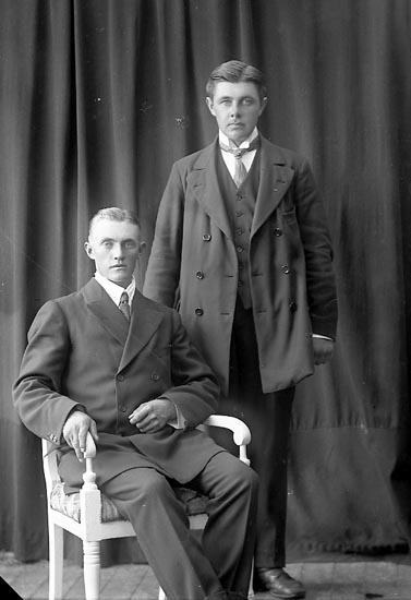 """Enligt fotografens journal nr 2 1909-1915: """"Kallin, Olof Grössby, Ucklum""""."""