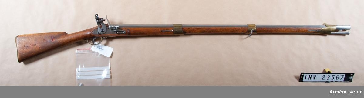"""Grupp E II.  """"1815 års första modell"""".Låsblecket märkt """"NT"""" under kunglig krona. LITT  Alm: Arméns eldhandvapen, tab. 1:39, fig. 86."""