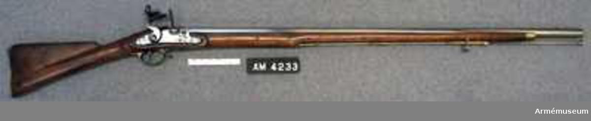 Samhörande nr 23708-9, gevär, bajonett. Gevär, England. Grupp E II b.  Med flintlås för infanteriet förändringsmodell klass III sammansatt av pipa från preussiskt gevär och lås från preussiskt gevär; stock och bajonett från egelskt gevär 1820-30-talet. På geväret fästad etikett står: Gevär med flintlås och bajonett sammansatt av engelska och preussiska gevärsdelar, förändringsmodell klass III. Sverige 1808. På pipans övre sida står: 1.st N V. På kolvens H sida finns en krönt pilspets, årtal 1806 samt N V 57. LITT  Alm: Arméns eldhandvapen tab 1.27.