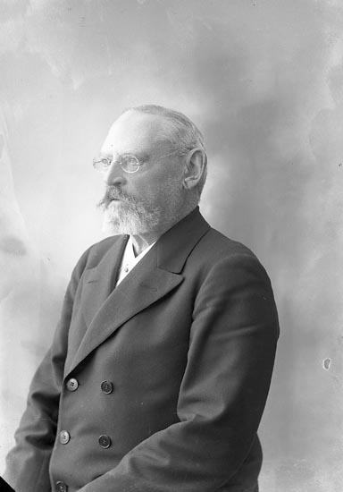 """Enligt fotografens journal nr 4 1918-1922: """"Berg, Kamrer Kungsholmsg. 18 Stkhm""""."""