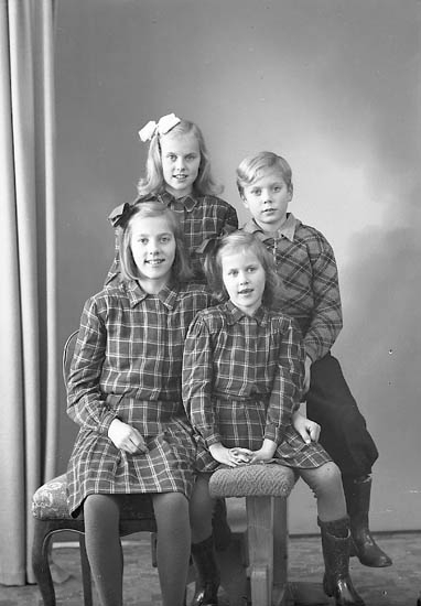 """Enligt fotografens journal nr 7 1944-1950: """"Sjöholm, Fru Margit Här barnen""""."""
