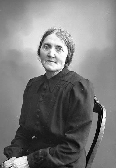 """Enligt fotografens journal nr 6 1930-1943: """"Ferdinansson, Fru Hanna Dal Ucklum""""."""