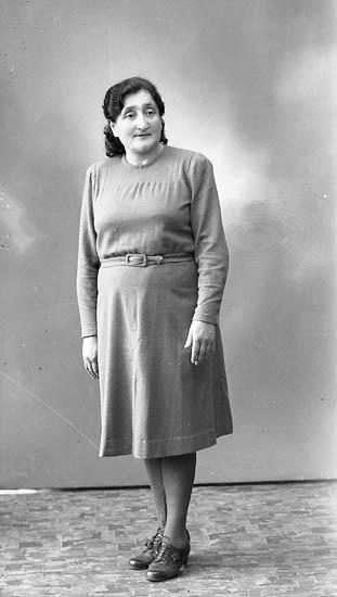 """Enligt fotografens journal nr 7 1944-1950: """"Karmiol, Fr. Roza, Solliden Här""""."""