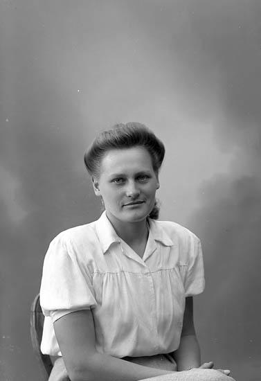 """Enligt fotografens journal nr 7 1944-1950: """"Alfredsson, Fr. Margareta Spekeröd""""."""