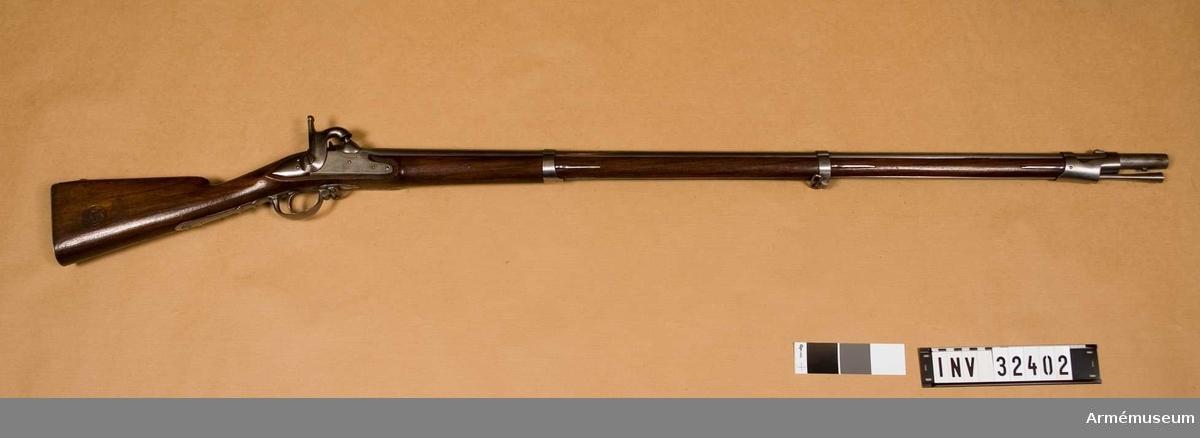Grupp E II.  Vapnet är ett år 1830 tillverkat flintlåsgevär, vars lås 1845 ändrats till slaglås.  Samhörande nr 32402-03 gevär, balja.