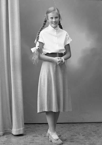 """Enligt fotografens journal nr 8 1951-1957: """"Berntsson, Helena Prästgården, Svanesund""""."""