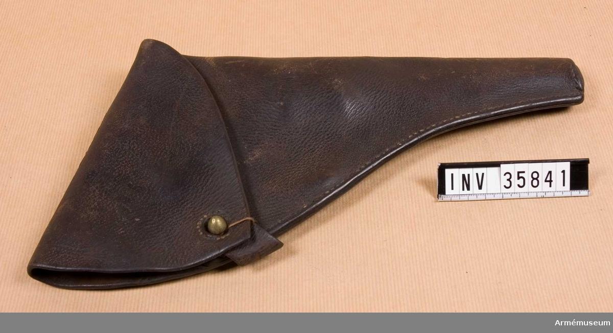 Grupp G III h. Hölstren är ursprungligen av brunt läder. Locket har en mässingsknapp på vilken en läderknapp knäppes. Livbältesfästet är en 75 mm lång och 45 mm bred rem. Flertalet remmar prydes av ett par ränder längs kanterna samt ett Andreaskors. Dessutom fyra inpressade ornament med formen av ett kors vilkas armar slutar i stiliserade blommor.Hölstren har använts av Röda Korsets manliga personal och förts tillsammans med revolvrar m/1884, AM 40300-40340. De är dock inte ursprungligen avsedda för dessa vapen utan för revolver med betydligt längre pipa. Den svenska revolvern m/1871 med 150 mm lång pipa passar utmärkt i dessa hölster, varför det sistnämnda säkerligen tillverkats för dylik revolver. Hölstren överensstämmer inte med någon armémodell, utan har sannolikt, liksom revolver m/1884, ursprungligen kommit från flottan. Några av hölstren har vid senare reparationer avskurits så att de passar för revolver m/1884.