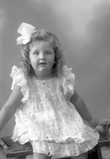 """Enligt fotografens journal nr 7 1944-1950: """"Olsson, Anita Ödsmål""""."""