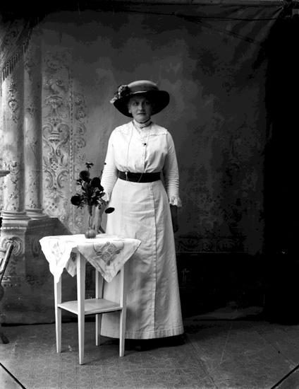 """Enligt fotografens journal Lyckorna 1909-1918: """"Olsson, Fr. Lyckorna""""."""