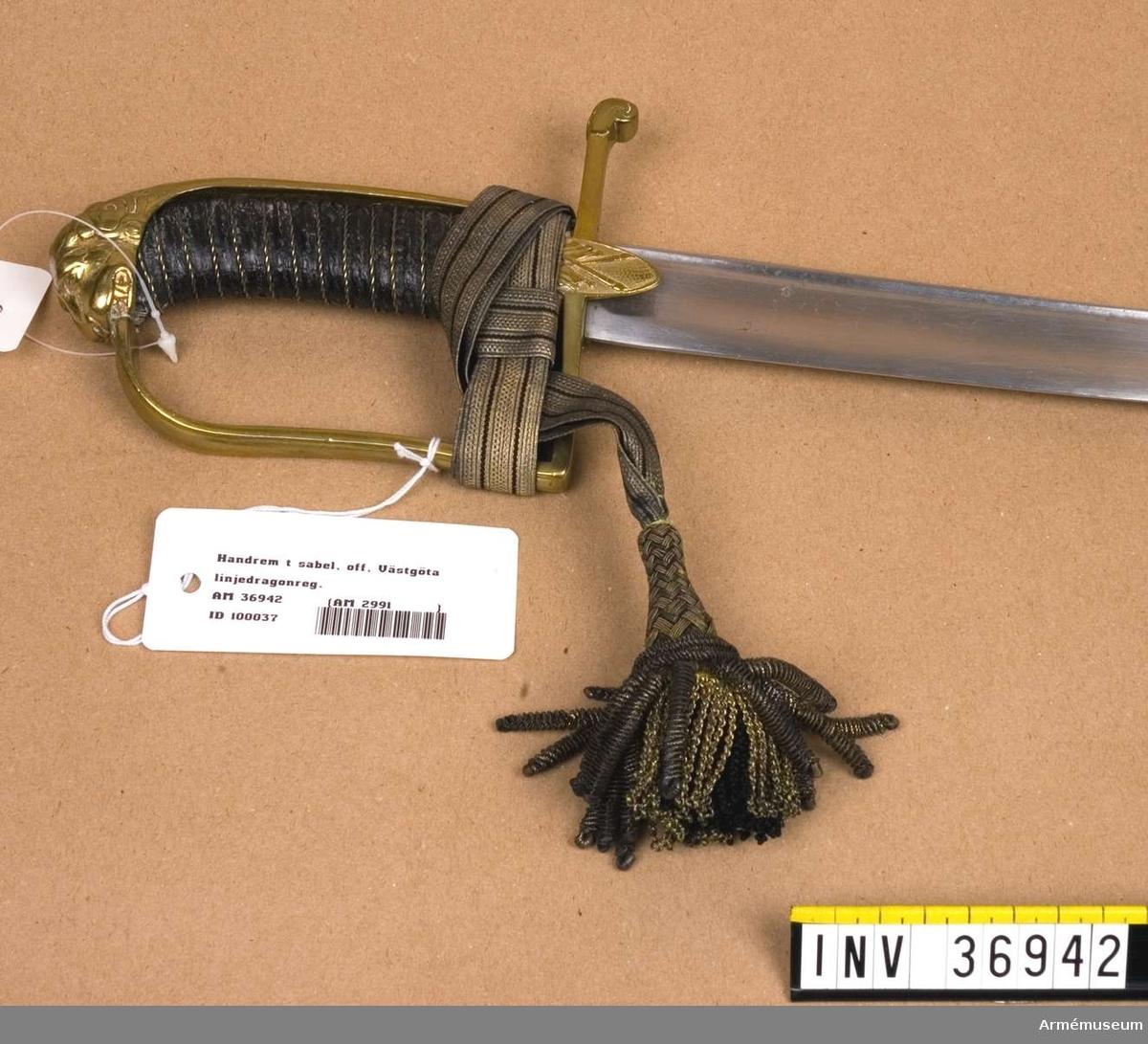 """Grupp C I. Ur uniform för officer vid Västgöta linjedragonregemente. 1806-11. Består av mössa, vapenplåt, kordong, jacka, ridbyxor, halsduk, kartusch, rem, sabelkoppel, handrem, taska, remmar, epåletter, skärp, kraghandskar, stövlar, sporrar. På sabelns katalogkort, AM 36603, står """"Den samhörande portepén påminner mycket om den 1797 fastställda, men har lösa fransar. Den torde vara av en äldre modell."""""""