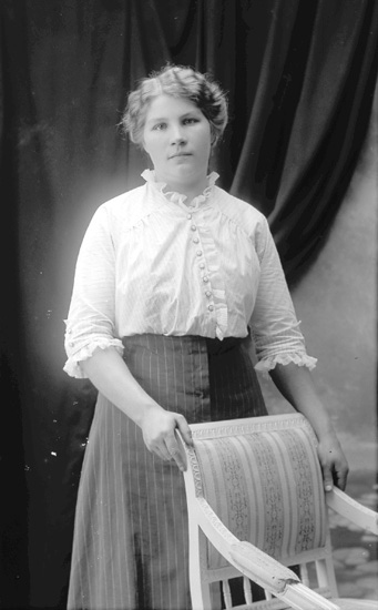 """Enligt fotografens journal Lyckorna 1909-1915: """"Karlsson, Lotten""""."""