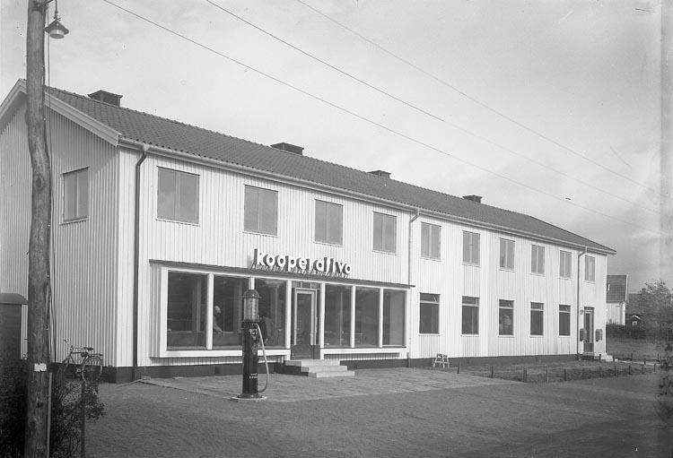 "Enligt fotografens journal nr 6 1930-1943: ""Postkontoret, Kooperativa Stenungsund""."