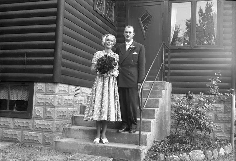 """Enligt fotografens journal nr 8 1951-1957: """"Söderqvist, Brudpar Stenungsund"""". Enligt fotograrens notering: """"Furuliden 3, Stenungsund. Kerstin och Lars, Bruden hade själv sytt sin klänning""""."""