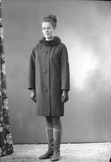 """Enligt fotografens journal: """"Fröken Tuhkanen, Lingongstigen 3, Stenungsund""""."""