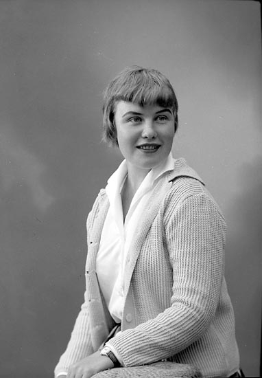 """Enligt fotografens journal nr 8 1951-1957: """"Olsson, Fr. Eva Haga Stenungsund""""."""