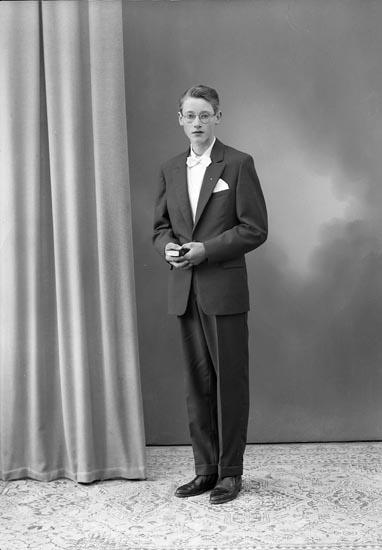 """Enligt fotografens journal nr 9 1958-: """"Löfgren, Kenth Smundstorp, Stora Höga""""."""