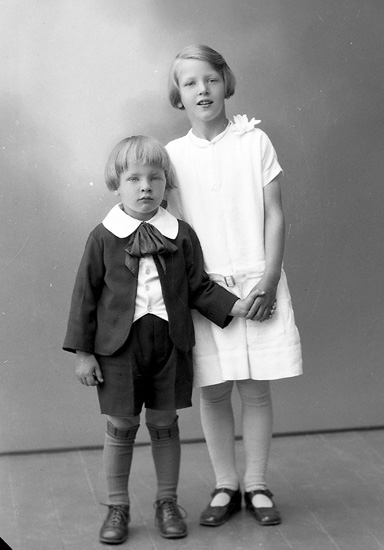 "Enligt fotografens journal nr 5 1923-1929: ""Karlsson, Fru Ragnhild Almesund, Hjälteby""."