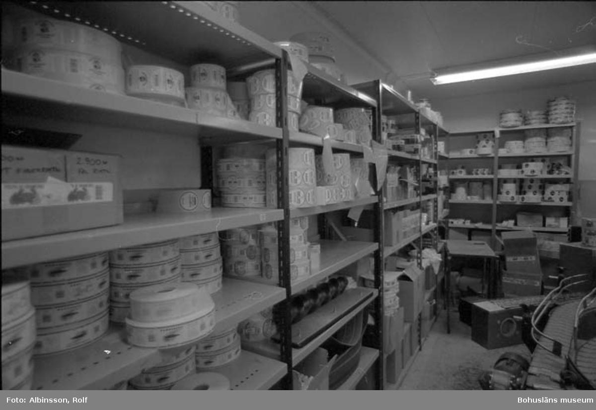 """Enligt fotografens noteringar: """"Etiketteringsrummet med alla dess varianter på olika produkter för olika länder."""" Fototid: 1995-11-16."""