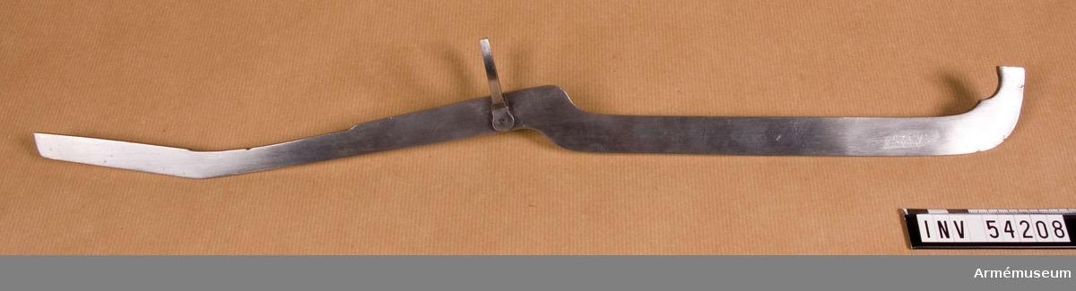 Grupp E VIII.  Ingår i en sats verktyg för besiktning av infanterigevär m/1791. Satsen omfattar schampluner för diverse låsdelar, låsbleck och eldstål, sadelbläck för pipa och kolv, tolk till bajonett och mynningshylsa, mall för bajonett och rätskiva för låsbleck. Delarna har förvarats i en numera kasserad låda.    Samhörande nr 54200-9, besiktningsverktyg.