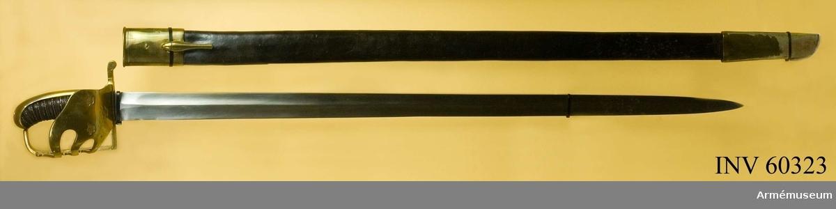 """Grupp D II.  Klingans bredd upptill är 41 mm.Klingan är tvåeggad med höga ryggar. På innersidan 53 mm från fästet finns en nu nästan utslipad P-stämpel.  Fästet är av mässing och fullkomligt lika det på 1770 års dragonsablar. Kaveln är klädd med svart läder och kring den går en spiralräffla 13 varv. I denna räffla är en av två parter  hoppsnodd mässingstråd anbringad. Parerstången är rak och slutar baktill i en liten nedböjd knapp samt har rektangulärt tvärsnitt.  Från parerstångens främre ände utgår handbygeln i rät vinkel.  På yttersidan finns en ganska stor, uppvikt parerplåt, på vilken tre kronor är instämplade. Från denna parerplåts spets och främre kant går tre S-formigt krökta spänger till handbygeln. På innersidan är skyddet bortfilat. På parerplåtens undersida är ett A inslaget.   Kallas i 1906 års reversal """"Palatsch, svensk, med mässingsfäste  och läderbalja"""".Pallaschen är av den 1773 för Södra skånska kavalleriregementet fastställda modellen samt ändrad enligt förordning av 1806, då parerkorgens innersida bortfilades. Baljan är däremot oförändrad m/1773 (von Schreeb, Gustavianska pallascher, s 8-16).  BIL  Generalfälttygmästareämbetets skrivelse, dnr 1686."""