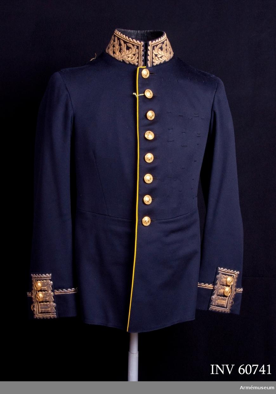Grupp C I. Ur uniform för generallöjtnant, bestående av vapenrock, epåletter, långbyxor, skärp, hatt och plym.