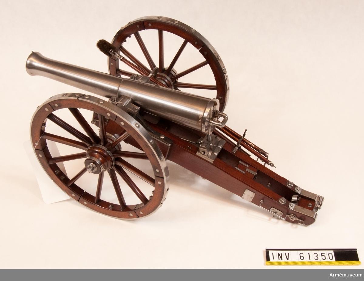 Grupp F I. Skala 1/8. Kapten F A Spaks katalog 1914. I modellen ingår eldrör, lavett, föreställare, viskare,  handspak, defekt plunderskruv, spade.
