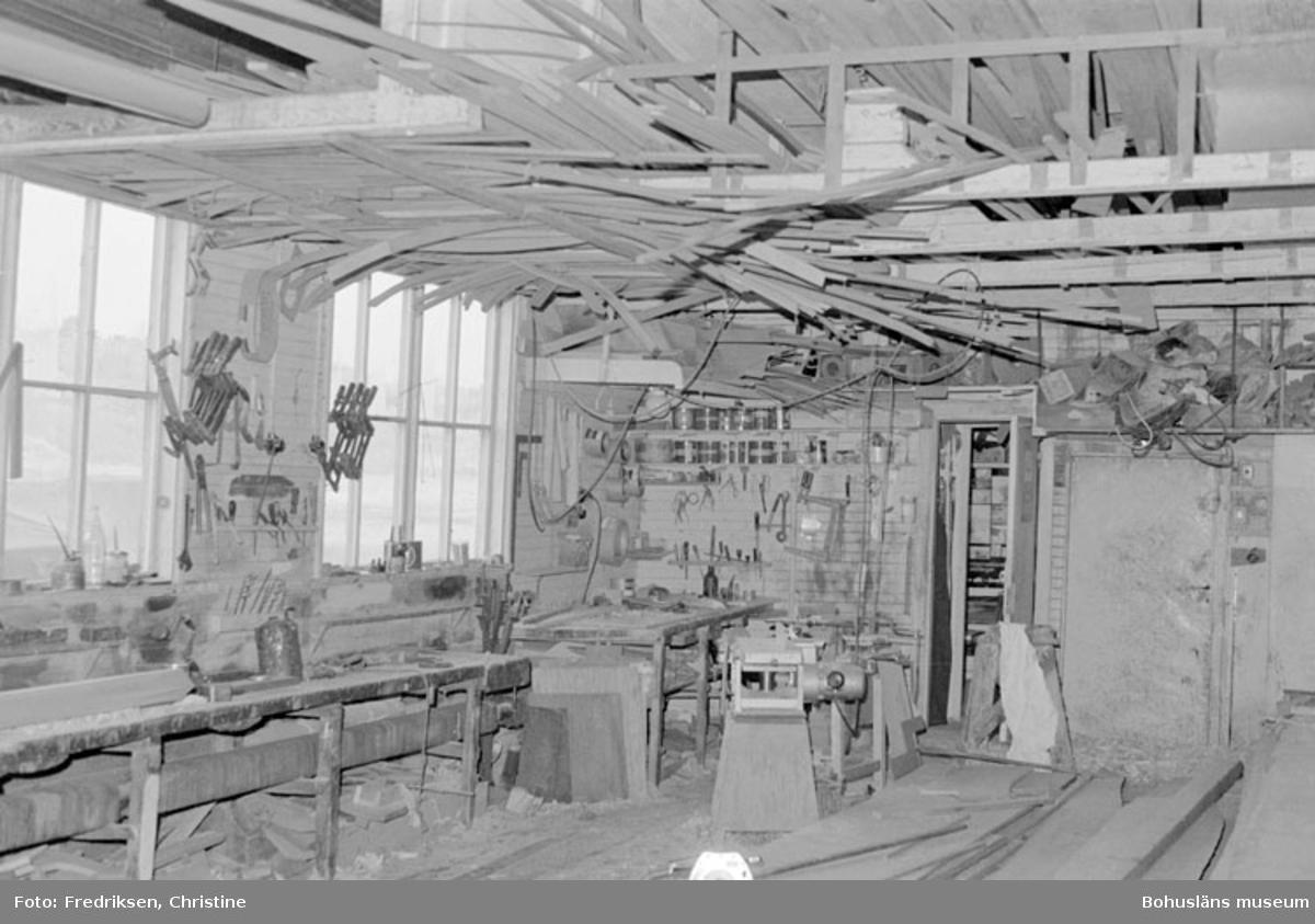 """Motivbeskrivning: """"Nilssons Båtbyggeri, Bojarkilen, Strömstad. Interiör från verkstadsbyggnaden."""" Datum: """"19800429."""" Riktning: Ö."""