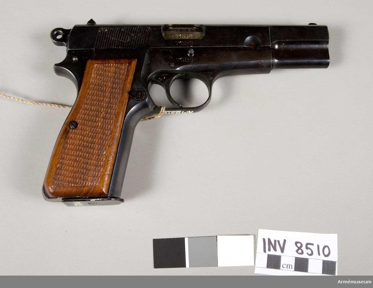 Tillverkningsnummer 71536. Tillverkare Fabrique Nationale D'armes de Guerre Herstal Belgique. Märkt ELG S P.V R (Browning's patent depose). Handgrepp av trä. Bestående av 1 st pistol, 2 st magasin, 1 st läskstång, 3 st patroner.