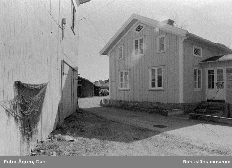 """Motivbeskrivning: """"Bergs varv på Hälsö, Pelle Petterssons varvshus till vänster mot Sv."""" Datum: 19800424"""