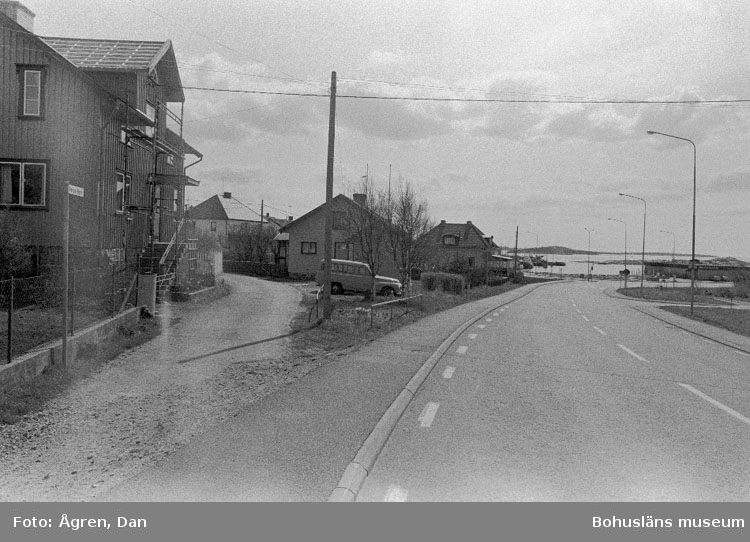 """Motivbeskrivning: """"Bebyggelse på Hälsö, gammal och ny väg mot S."""" Datum: 19800502"""