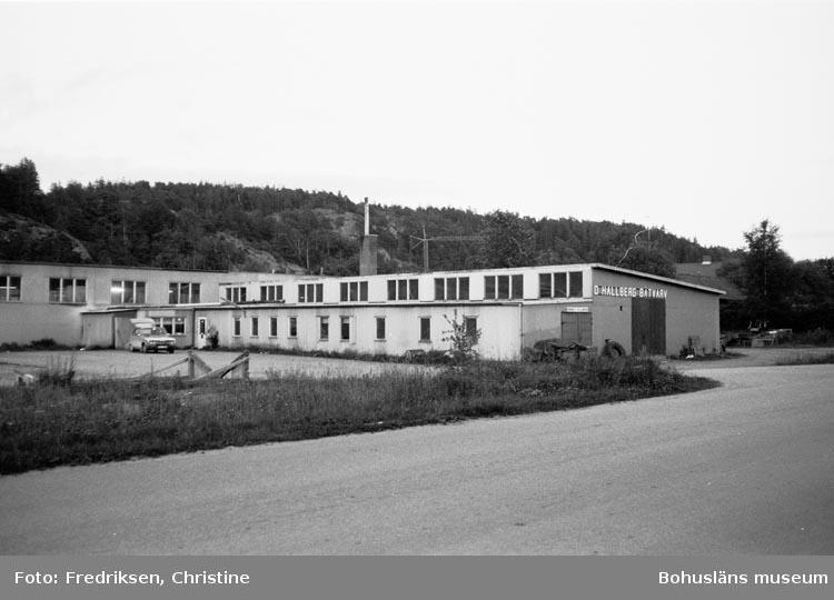 """Motivbeskrivning: """"Otto Hallbergs Båtvarv, Henån. Rikt: SÖ. 1979. """""""