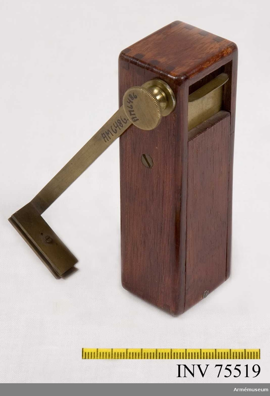 Grupp GII. Konstruerat av Generalfälttygmästaren friherr Fabian Wrede ( f. 1802 + 1893), på 1850-talet. I en rektangulär låda av mahogny upphängd spegel med pendelanordning. Lådan i nedre ändan försedd med hylsa för koniskt stativhuvud, i övre ändan dels en glasruta, dels, motstående ett skjutlock av messing med fastklämd, graderad pappersskala, skalan försedd med ett litet runt hål för sikte. Vid avläsning vrides skalan i 90 grader ut från lådan, varefter avläsning sker genom hålet i skalan med spegelbilden. När instrumentet icke användes, ligger skal-armen längs lådans kant. - Ett skruvhuvud saknas. Beskrivning: Egil Lönnberg.