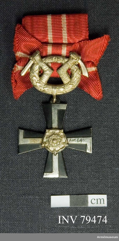 Grupp M.  Finska frihetskorset 4:e klass med krigsdekoration för tapperhet i fält.