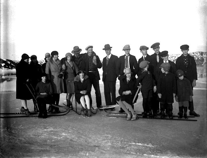 """Enligt senare noteringar: """"På Åbyfjordens is: från vänster: Natalia Olsson, Alinde Karlsson, Gladys Rodin, Göta Höglund, Arvid Pettersson, Göte och Arvid Pettersson, Karl Persson. Fotot är antagligen från 1929 och någon säkerhet om igenkännande på alla finns ej""""."""