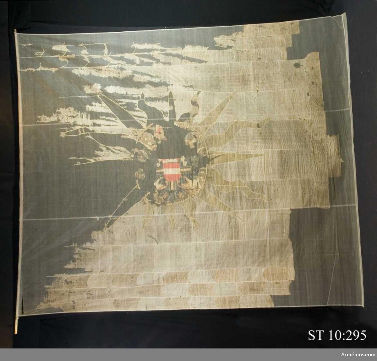 Bården i Österrikes färger består av röda och vita fjäll.  Inre sidan: Tysk-romerska rikets dubbelörn. I örnens bröst återges Leopold Vilhelms vapen såsom tyska ordens stormästare det vill säga ordenskoset täckt av Österrikes vapensköld, vit bjälke i rött. Huvudmotivet inskrivet i en cirkel från vilken 16 gula solstrålar utgår.  Yttre sidan: Jungfru Maria med barnet framträdande mot sol med 32 strålar.