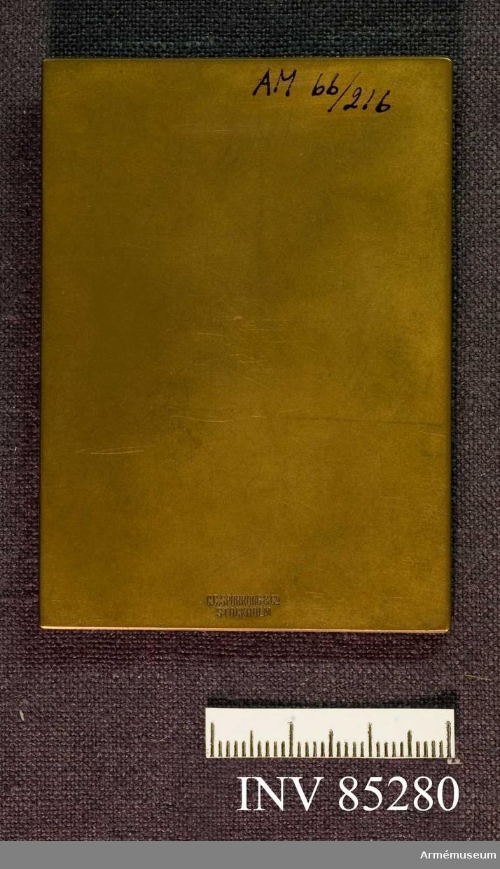 """Grupp M II.  """"För förtjänster om regementet I 42"""". Minnesplakett i brons."""