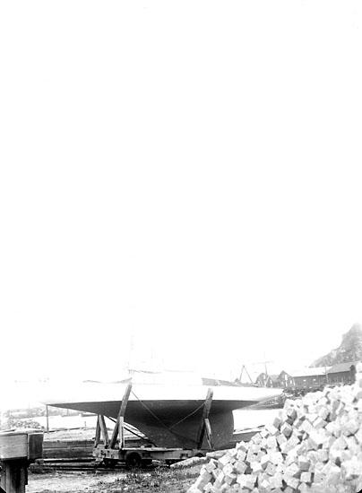 """Enligt senare noteringar: """"Segelbåt på trallen vid slipen i Uddevalla hamn"""""""