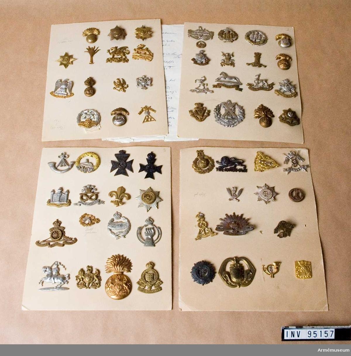 Brittiska regementesmärken monterade på fyra kartongark. Handskriven lista på dess innehåll.