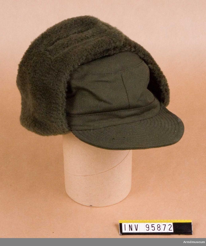 Storlek 57. Uniformen beställd av kårchef Anna-Stina Löfqvist, Hörby lottakår. Utlämnat 1982-10-19 av Ragnar Olsson, P7 /Fo 11 Truppserviceförrådet, Revingehed, Avstänt från Revingehed 1982-10-22 som ett långtidslån.