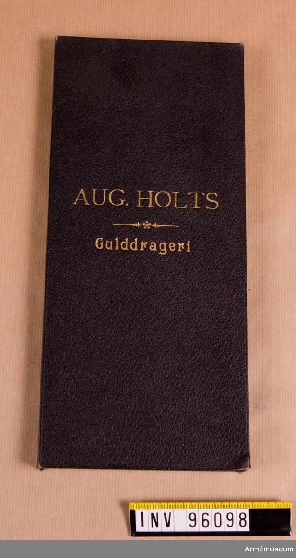 Aug. Holts Gulddrageri. Provbok med olika typer av tråd, lan och paljetter.