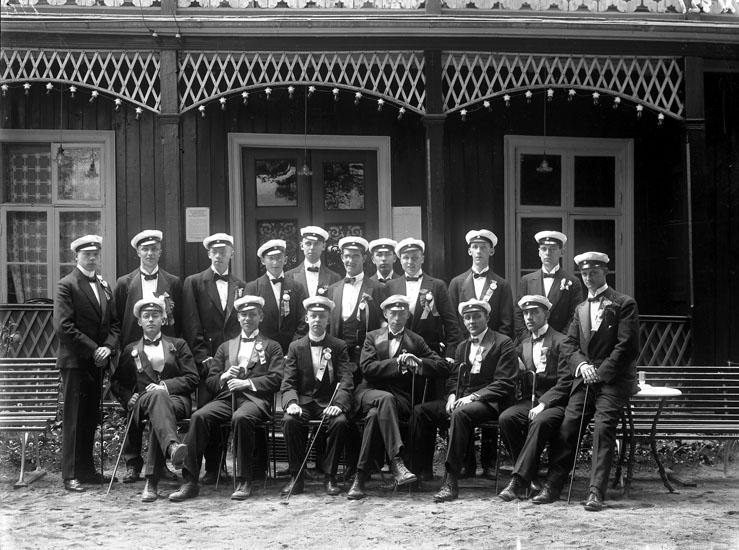 """Enligt tidigare noteringar: """"Gruppfoto av 1919 års studenter i Uddevalla i Grand Hotells trädgård."""""""