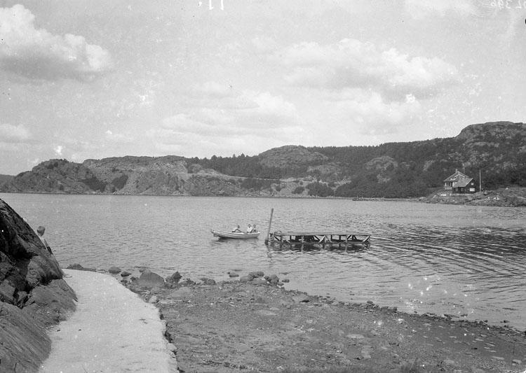 """Uppgift enligt fotografen: """"Uddevalla. Gustafsberg, flotte o roddbåt."""""""