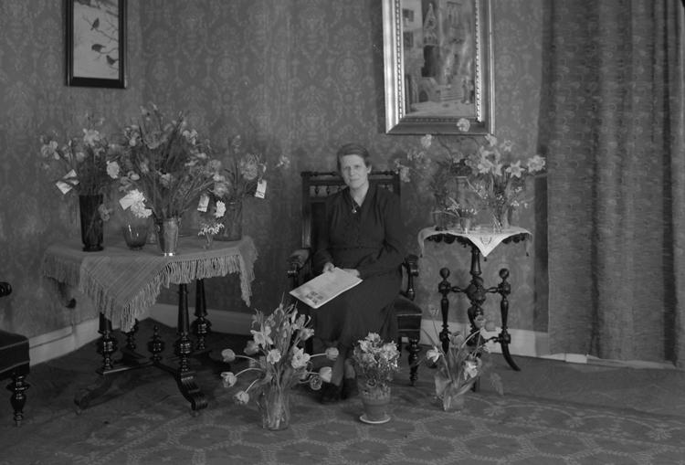 """Text till bilden: """"Fröken Cornér. Födelsedag. 1948.03.27""""."""