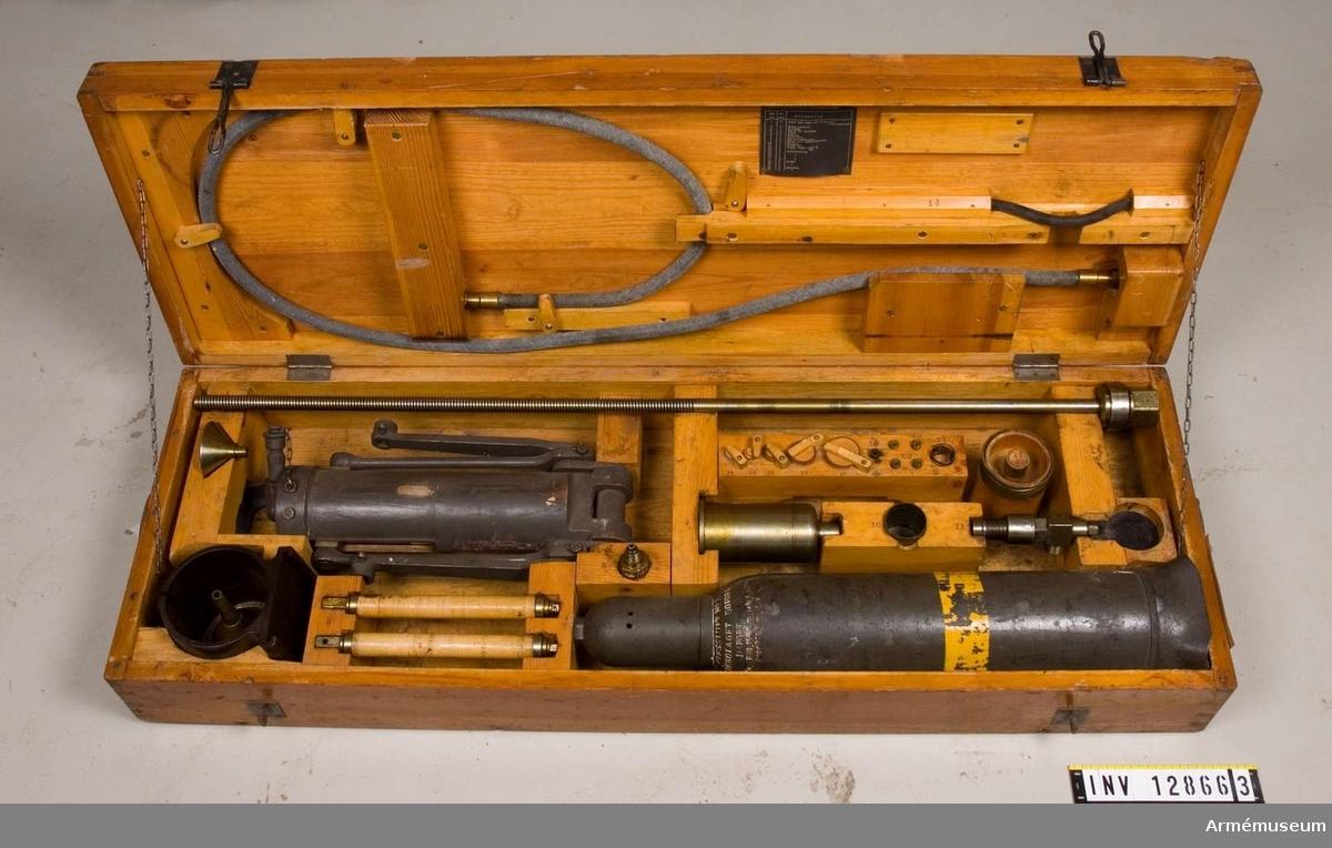 Grupp F III. Låda för fjäderspännare med innehåll för 8 cm luftvärnskanon fm/1925.