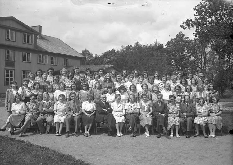 """Text till bilden:""""Gruppbild framför folkhögsskolan sommaren 1948""""."""