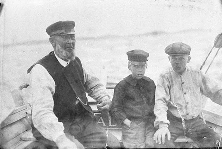 Farfar lär barnbarnen segla 1908