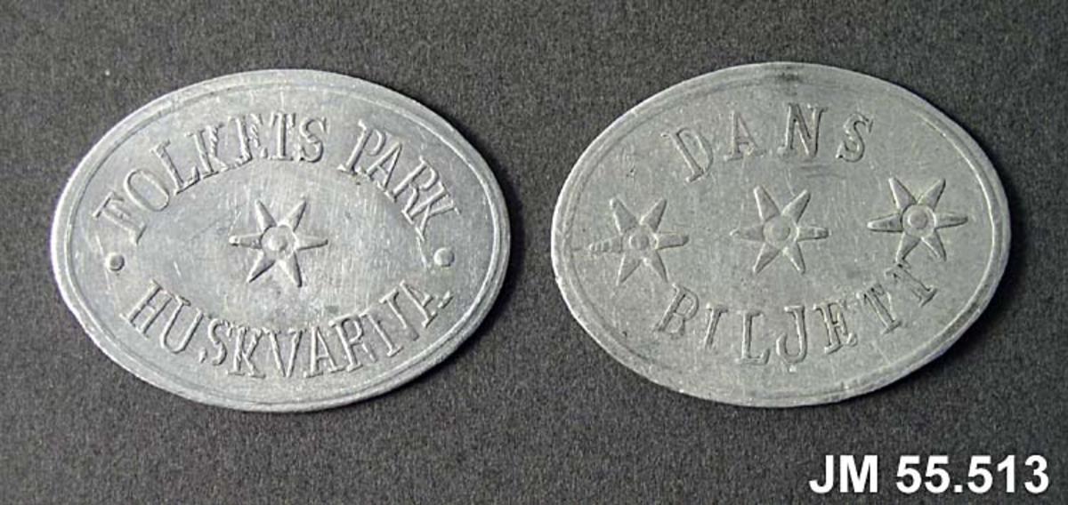 """Danspoletter, 2 st, liggande oval modell med text """"FOLKET PARK HUSKVARNA"""" samt en stjärna i mitten, på frånsidan """"DAND BILJETT"""" samt tre stjärnor i mitten."""