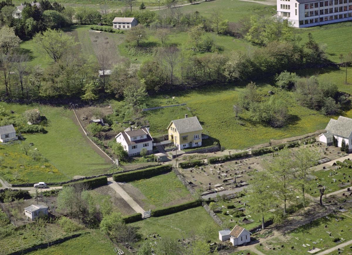 Rundevollsveien, kirkegården